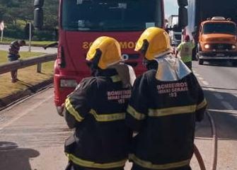 Carro bate em caminhão, capota e deixa feridos na BR-040, em Ribeirão das Neves