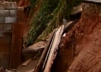 Cratera se abre em rua no bairro San Marino, em Ribeirão das Neves